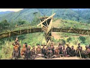 Una tribu en una reconstrucción ritual de un avión.